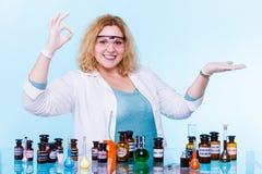 Studente femminile di chimica con la palma aperta della boccetta della prova Immagine Stock