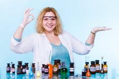 Studente femminile di chimica con la palma aperta della boccetta della prova Immagini Stock Libere da Diritti