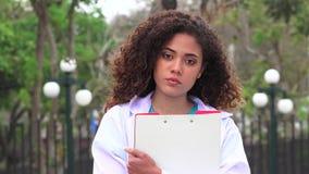 Studente femminile di professione d'infermiera stock footage