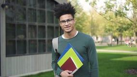 Studente fresco afroamericano che cerca istitutore sulla procedura di registrazione di corso dell'università video d archivio