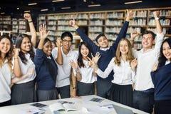 Studente Friends Library Campus che studia concetto dell'istituto universitario immagine stock libera da diritti