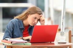 Studente frustrato che prova a capire sulla linea esercitazioni immagini stock