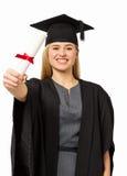 Studente In Graduation Gown che mostra certificato Immagini Stock