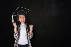 Studente graduato felice Girl Showing Victory Immagine Stock Libera da Diritti
