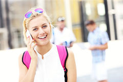 Studente grazioso che parla sul telefono Fotografie Stock