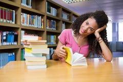 Studente grazioso che studia nella biblioteca Immagini Stock Libere da Diritti