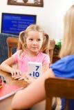 Studente: Il bambino d'aiuto della madre impara il per la matematica con i flash card fotografia stock libera da diritti