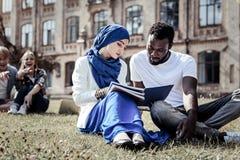 Studente intelligente piacevole che prepara per un esame Fotografia Stock