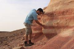 Studente israeliano che studia geologia all'aperto Fotografie Stock Libere da Diritti