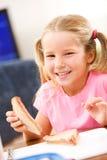 Studente: La ragazza prende il morso del panino del burro di arachidi Fotografie Stock