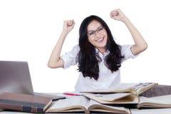 Studente lungo felice dei capelli che solleva le mani Fotografia Stock