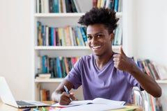 Studente maschio afroamericano che prepara per l'esame immagini stock libere da diritti