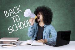 Studente maschio arrabbiato con il megafono Immagini Stock