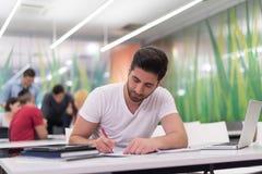 Studente maschio in aula Immagine Stock