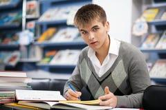 Studente maschio bello in una libreria Fotografia Stock Libera da Diritti