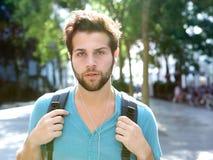 Studente maschio che cammina all'aperto con la borsa Fotografia Stock