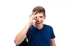 Studente maschio che esamina macchina fotografica attraverso i soldi Immagini Stock Libere da Diritti