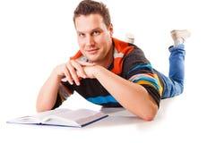Studente maschio che legge un libro che prepara per l'esame isolato Fotografie Stock Libere da Diritti