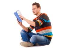 Studente maschio che legge un libro che prepara per l'esame isolato Fotografia Stock Libera da Diritti