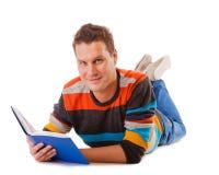 Studente maschio che legge un libro che prepara per l'esame isolato Fotografia Stock