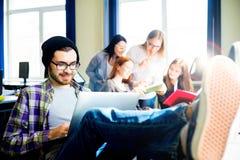 Studente maschio che per mezzo di un computer Fotografie Stock Libere da Diritti