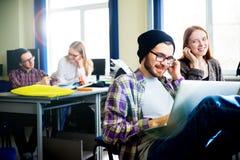 Studente maschio che per mezzo di un computer Immagine Stock Libera da Diritti