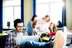 Studente maschio che per mezzo di un computer Immagine Stock