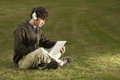 Studente maschio che per mezzo di un computer portatile all'aperto Fotografia Stock Libera da Diritti
