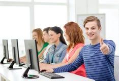 Studente maschio con i compagni di classe nella classe del computer Fotografie Stock