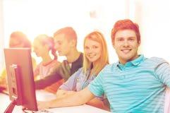 Studente maschio con i compagni di classe nella classe del computer Fotografie Stock Libere da Diritti