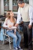 Studente maschio In del professor Explaining Test To Immagini Stock Libere da Diritti