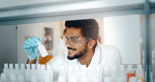 Studente maschio di chimica che lavora nel laboratorio Fotografia Stock