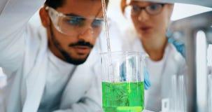 Studente maschio di chimica che lavora nel laboratorio Fotografia Stock Libera da Diritti