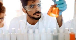 Studente maschio di chimica che lavora nel laboratorio Immagine Stock Libera da Diritti