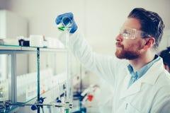 Studente maschio di chimica che lavora nel laboratorio Immagini Stock
