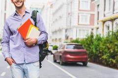 Studente maschio felice con i manuali sulla via Fotografie Stock