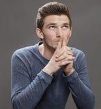 Studente maschio giovane di pensiero con il gesto di mano d'ispirazione Fotografie Stock Libere da Diritti