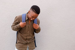 Studente maschio nero felice che ride con la borsa Immagine Stock Libera da Diritti