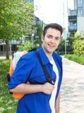 Studente maschio sulla città universitaria che esamina macchina fotografica Immagine Stock Libera da Diritti