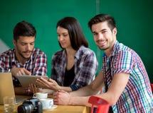 Studente maschio sulla rottura al caffè Immagine Stock Libera da Diritti