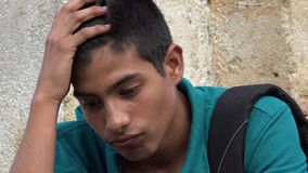 Studente maschio teenager confuso e preoccupato Fotografia Stock