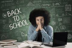 Studente maschio triste con scarabocchio nella classe Fotografie Stock Libere da Diritti