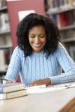 Studente maturo che lavora nella biblioteca Immagini Stock