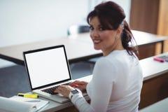 Studente maturo che per mezzo del computer portatile Fotografia Stock Libera da Diritti