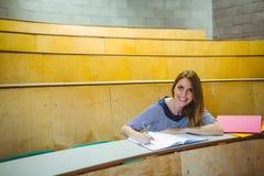 Studente maturo che prende le note nel corridoio di conferenza Fotografia Stock