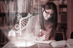Studente maturo concentrato che studia medicina sul interfa digitale immagine stock libera da diritti