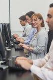 Studente maturo femminile che si siede nella classe del computer Fotografia Stock Libera da Diritti