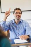 Studente maturo maschio divertente che solleva la sua mano Immagine Stock Libera da Diritti