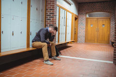 Studente maturo sollecitato che si siede nello spogliatoio Immagine Stock