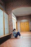 Studente maturo sollecitato che si siede nello spogliatoio Fotografia Stock
